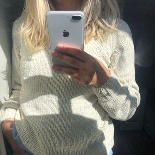 En gräddvit stickad tröja ifrån Vero moda med glitterdetaljer (se bild 3). Jag har storlek 34. Den kan släppa lite glitterdetaljer men inte mycket.