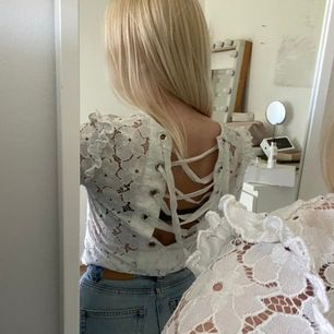Säljer denna fina blusen från HM 💓👍🏻 är i jättebra skick och bara använd ett fåtal gånger 👍🏻