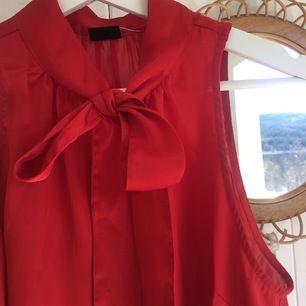Röd vacker topp med knut i mitten