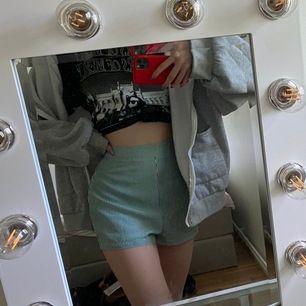 Helt oanvända grön vit randig shorts. Från prettylittlething men köpt på zalando. 100kr. Strl: 32