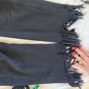 Fina svarta jeans från Pull&Bear med ascoola slitningar nedtill!!! 😎😎 du står för frakten.