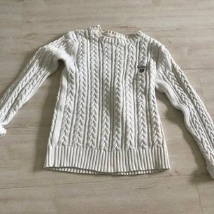 Jätte fin vit sweatshirt, stickat typ och har nästan aldrig använt🥰