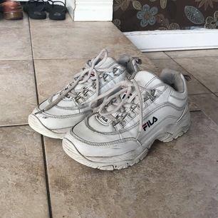 Jätte fina vita fila skor, lite smutsiga men går att tvätta, dom har ett litet hål men man känner inte det! Dom är i storlek 37🤩