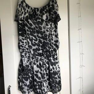 Playsuit från Zoul i svart & vitt leopard mönster. Storlek 36, normal i storlek. Aldrig använd därför jättebra skick!