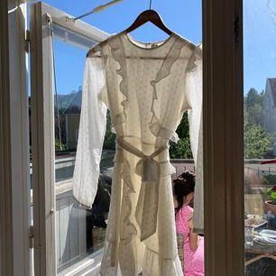 Vit tunn klänning från Nelly, så fin på t.ex. student mottagning eller midsommar! Helt ny och har aldrig använts!