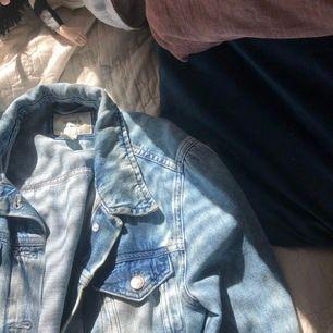 Jeansjacka köpt nyligen i Honduras men ej använd pga inte min stil. Nypris 250, super snygg och lätt urtvättad och skönt jeans material 💘