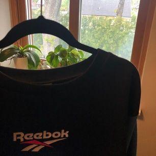 Sweatshirt från Reebok i mörkblå med ljusare blåa ränder på ärmarna. Är egentligen inte säker på om jag vill sälja men beror på om någon e intresserad. Använd några gånger men ser nästan ny ut.🥰