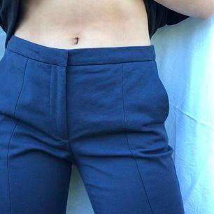 Snygga blåa kostymbyxor med tajta ben. Sitter mycket snyggt på, lite stora för mig i midjan. Dragkedja på sidan.
