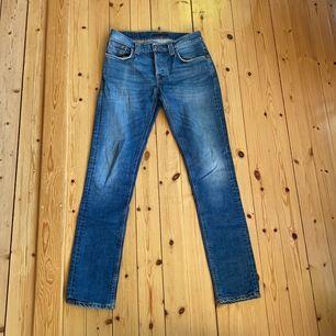 Jeans från Nudie, bra skick bortsätt från att det är ett hål innanför högra fickan (syns inte). Frakt tillkommer