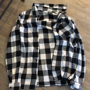 Fin flanellskjorta i mycket bra skick, aldrig använd! Köpte den för en månad sedan men tyckte inte om den så den har bara legat i garderoben. 100kr + frakt som köparen står för!
