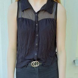 Säljer denna svarta blus/top från H&M. Är i bra skick och väldigt fin. Frakt tillkommer🥰❤
