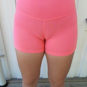 Säljer dom här rosa träningshortsen ifrån Röhnisch. Är i ganska bra skick. Säljer dom därför att dom är för små. Frakt tillkommer 🥰❤