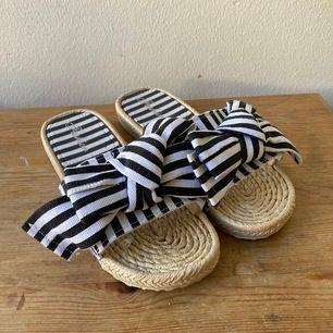 Randiga sandlaer med rosert som är fina att piffa upp en neutral outfit med. Använda fåtal tillfällen. Älskar dessa men passar tyvärr inte mina fötter. RIP😿.. Kan mötas upp i Sthlm eller skicka. Köparen står för frakt.