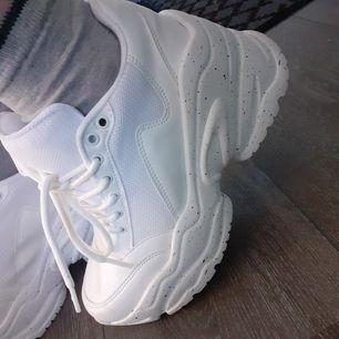 Chunky Sneakers från Nly Shoes. Härliga att gå i med hög klack+platå🌼 Skorna passar bäst dig som pendlar mellan storlek 36-37(märkta 37). Nästintill oanvända(endast ca 3 gånger), och säljes pga har redan ett par liknande vita som räcker för mig. FRI FRAKT