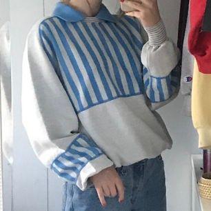 """Supercool tröja i bra skick, köpt secondhand. Har gråa """"band"""" som sitter tajtare och man kan flytta runt på dem för att få en önskad längd. Frakt på 55kr tillkommer. <3 Budgivning avslutas 13, ligger på 200kr + frakt. <3"""