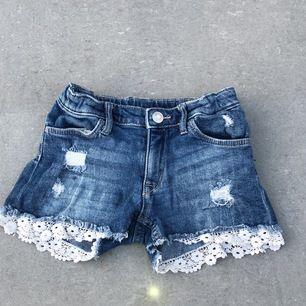 Blå jeansshorts från &Denim. Storlek 122. Bra skick. Köparen står för frakten.
