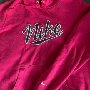Superfin rosa/röd nike hoodie!🥰 Är i storlek M men skulle mer säga att de är en S, frakt tillkommer💕 Buda!