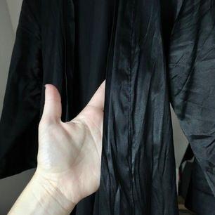 Sidenmorgonrock gjord av 95% silke och 5% lycra. Mycket fint skick! Funkar även som klänning. Storlek XS men skulle säga att den passar 34-38.