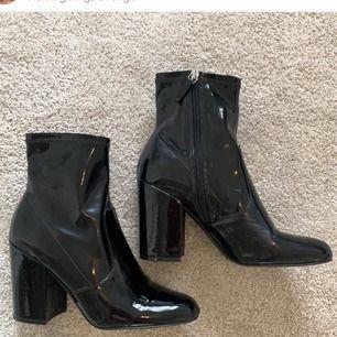 Snyggaste skorna från Steve Madden, veganska. I nyskick. Storlek 39. Frakt 100kr