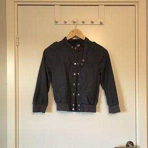 Midjekort jacka från H&M i blå/grå färg. Stl 32. Gott skick. Frakt betalas av köparen.