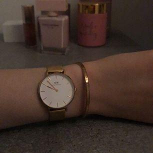 Guld, använd sällan, ganska ny, både klocka+armband, vid köp så kan vi mötas upp!
