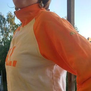 90's sporty cropped zipper sweatshirt. Orange och vit med litet Aqua Limone märke på vänster arm. Stl M. Köpt second hand, knappt använd, säljer pga att jag äger andra liknande plagg. Buda fram tills 6 juni! Priset börjar på 150 exklusive frakt! ❤️