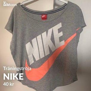 Träningströja från Nike i storlek M, i fint skick! Frakt tillkommer och betalning sker via swish💓 Skicka ett meddelande om du har några frågor, vill diskutera pris eller om du vill ha fler bilder🤩🤩