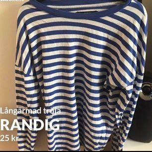 Fin tröja från BikBok i storlek XS, välanvänd och har en fläck på (se andra bilden) därav de billiga priset. Frakt tillkommer och betalning sker via swish💓 Skicka ett meddelande om du har några frågor, vill diskutera pris eller om du vill ha fler bilder🤩🤩