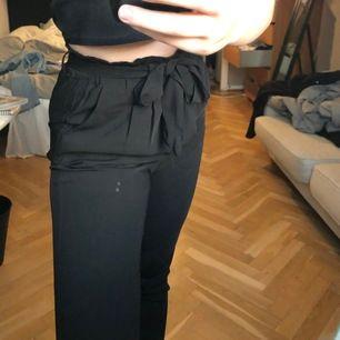 """Jättesnygga svarta kostymbyxor från bikbok med """"tygskärp"""" runtom, går att ta bort. (Fläckarna är på spegeln inte byxorna!!) 💕"""