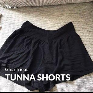 Super sköna shorts från Gina Tricot i storlek XS, i bra skick! Har resår i midjan! Frakt tillkommer och betalning sker via swish💓 Skicka ett meddelande om du har några frågor, vill diskutera pris eller om du vill ha fler bilder🤩🤩