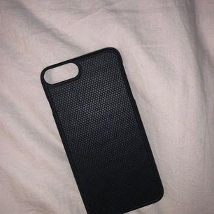 Snyggt svart skal till iPhone 7+ och 8+. Magnet skal! Syns inte att det är använt. Gratis frakt!!!