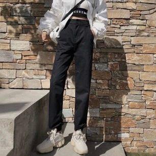 Säljer dessa super coola byxor för de var för korta. Passar jätte fint om man är på den korta sidan, jag är 162 cm och de var 8 cm för korta. I storlek M storlek men passar mer som XS/S. 86 cm i midjan, 96cm i höfterna, 93 cm långa. Frakten är gratis 💕