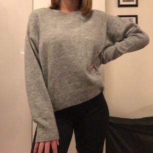 Stickad grå tröja nyskick