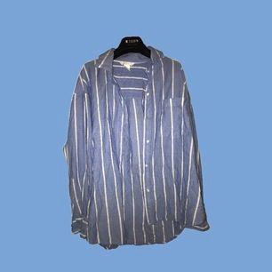 superfin sval skjorta, perfekt till sommaren att ha över ett linne eller en topp!🤩 jättebra skick, väldigt sparsamt använd💞 står storlek 36 men passar även större storlekar, sitter ganska oversize på mig som har S eller M i toppar☺️hör av er vid frågor!!