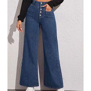 Intressekoll! Helt oanvända byxor då storleken inte blev rätt. De är i storlek S men skulle nog säga att de är mer som en storlek M. Jag är 170 cm och byxorna går ner till mina anklar. Skriv privat för fler bilder💕