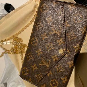 Äkta Louis Vuitton väska för lågt pris den är helt ny kom dm vid intresse!