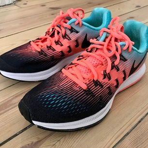 Härligt persiko och mintfärgade Nike. Endast använda inomhus. Strlk 37,5. 23,5 cm i sulan. Nypris 899:-.