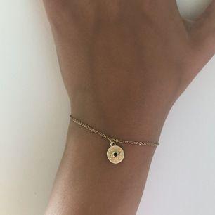 Jättegulligt armband som jag använt kanske två gånger, så det är nyskick! Storleken justerbar så det passar alla❤️