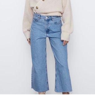 Jättesnygga jeans från zara i stl 36,  köpta för någon månad sen och knappt använda! Hör av dig om du har några frågor!💕