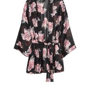 Säljer en skitsnygg kimono från h&m, den passar både s och m