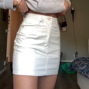 En jätte fin kjol som aldrig är använd då den var för liten när jag köpte den.... är köpt på pull and bear, ser ut som ny då den bara legat i min garderob. Mönstret på kjol ses tydligt på sista bilden☺️