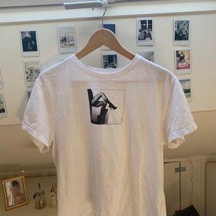 Vit t shirt med tryck från stay, carlings. Jättefint skick kan mötas upp i Uppsala annars står köpare för frakt💗