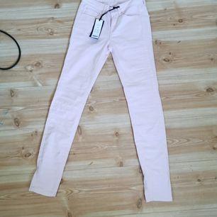 Lågmidjade rosa jeans, (bild 2 visar färgen irl bäst) säljer då de är för små för mig och har även ett par exakt likadana blåa, de är oanvända, 40kr + frakt 66kr eller båda för 60kr + frakt 88kr