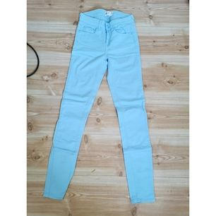 Ljus blåa lågmidjade jeans, säljer då de är för små för mig och har även ett par exakt likadana rosa, de är oanvända, 40kr + frakt 66kr eller båda för 60kr + frakt 88kr