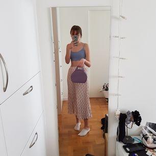 Säljer nu en lila väska som tyvärr inte kommit till användning. Fick den från min kompis då tanken var att jag skulle fixa insidan, men har tyvärr inte haft tid. Därför säljer jag för så billigt pris också. Möts upp i Stockholm eller fraktar om så önskas💕