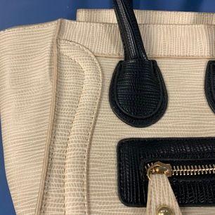 Celine liknande väska, köpt online ca ett år tillbaka för 650 kr. Den lilla storleken