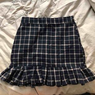 Jättesöt navy blue kjol från daisy street från asos!! Knappt använd, bra skick. köpte för över 200 så jag går ner mycket i pris. High waisted!! MÖTS i sthlm, fraktar EJ för tillfället!!