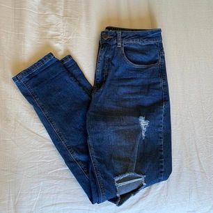 Skitsnygga ripped jeans från Even&odd. W29 men passar bra på mig som har ca W28. Dock är de stretchiga i midjan så de passar W29 också. Skulle säga att de är längd 30. Använda Max 5 ggr. Perfekt inför våren☀️