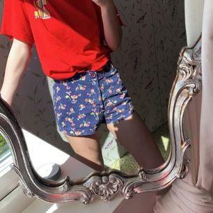 Säljer mina blommiga shorts. Perfekta för sommaren. Storlek s. Köparen står för frakten 🤍