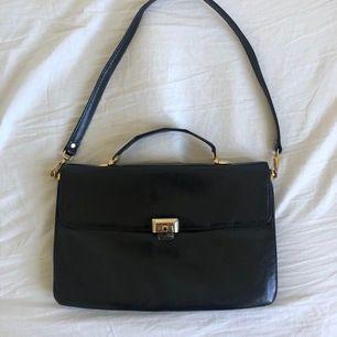 Jätte fin väska som är köpt på sekondhand, den är i jätte fint skick och har knappt använda av mig. Den sälj för att jag inte har någon användning av den längre. Skicka gärna för fler bilder!!🥰